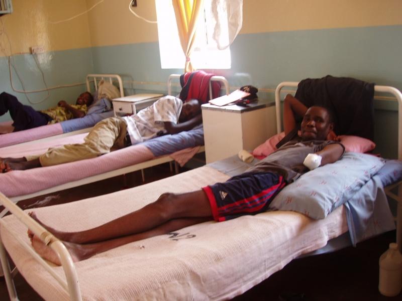 De patientenkamer met een aantal tijdelijk bezoekers.